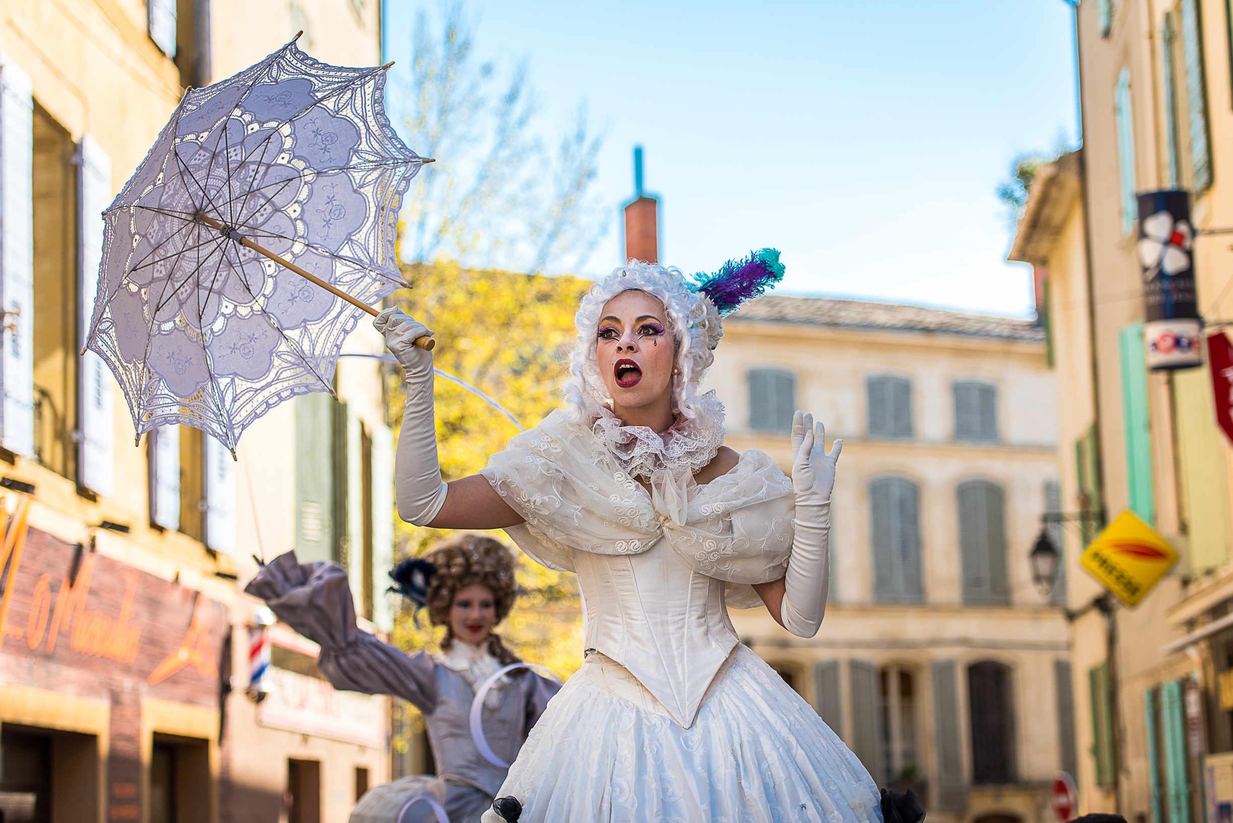 echassier-carnaval-marquise-baroque-chant-lyrique-sur-echases
