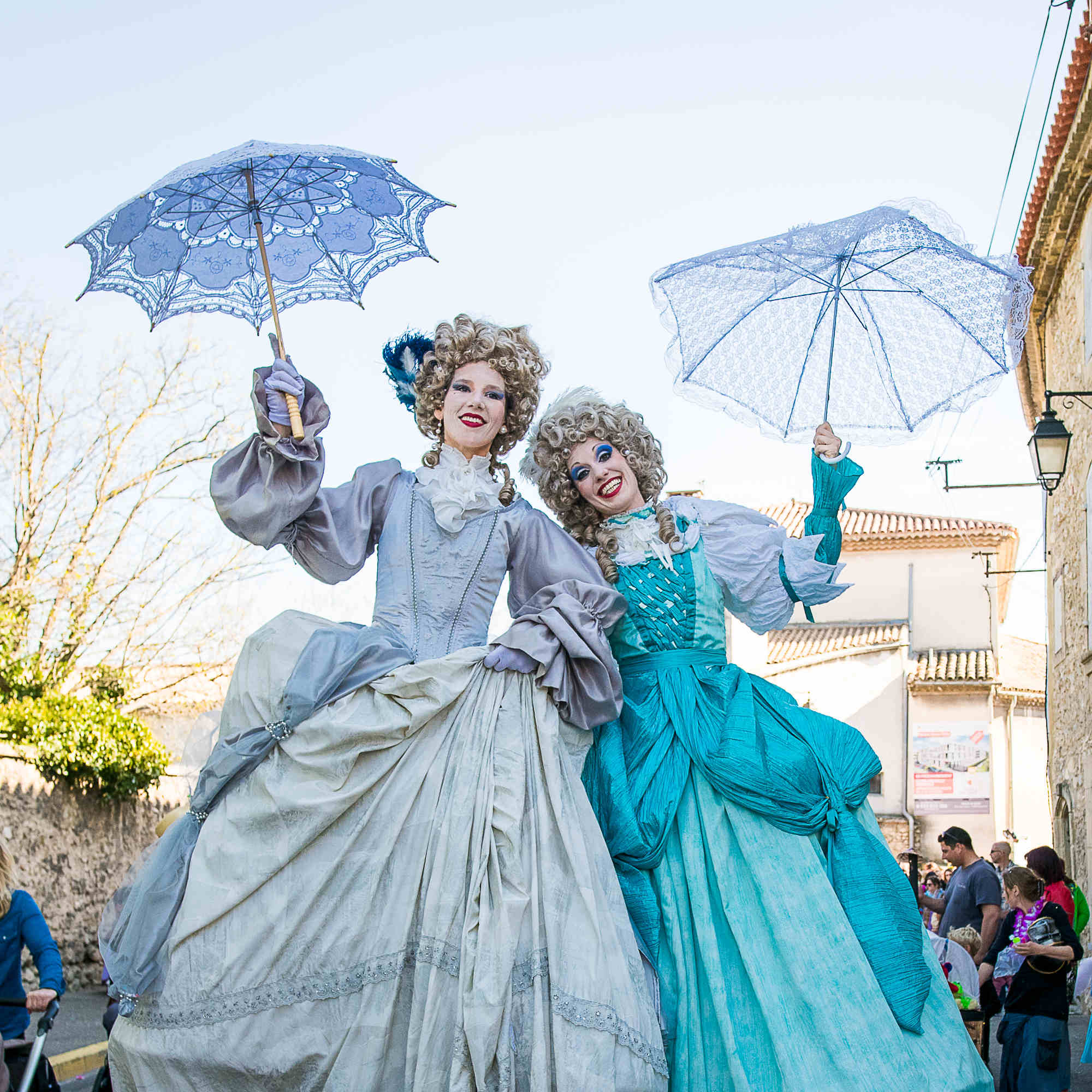 marquises-baroques-sur-echasses-parade-carnaval-cirque-indigo
