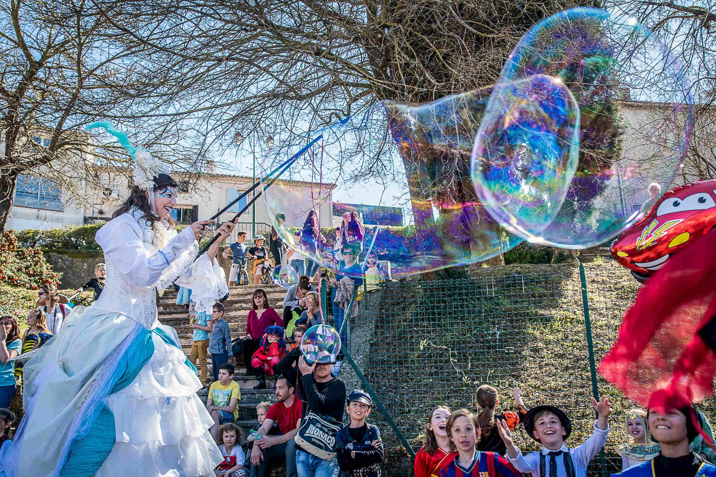 Echassier-bulles-de-savon-geantes-damme-deau-carnaval