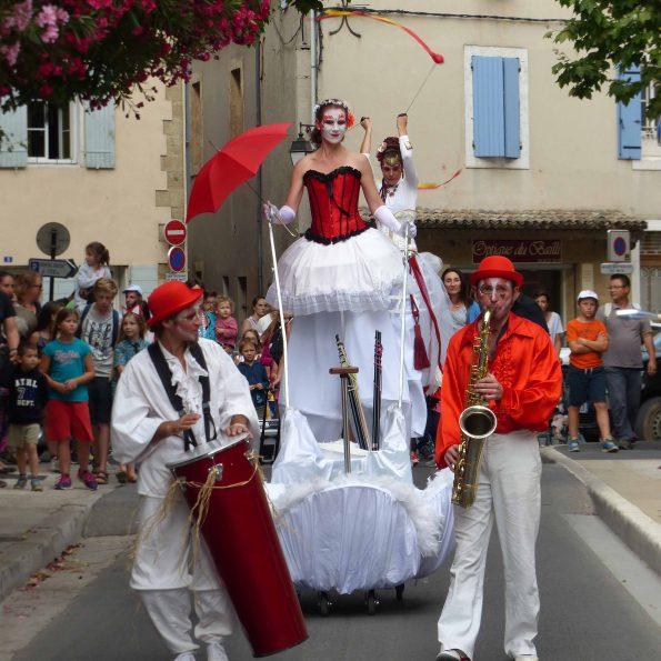 échassiers carnaval de la compagnie de cirque PACA