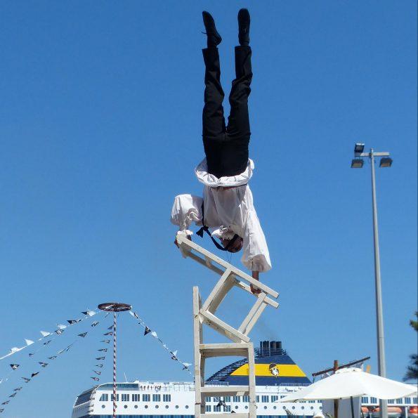 spectacle de rue acrobatie et équilibre Compagnie de cirque PACA