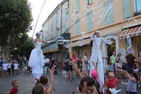 spectacle de rue echassier blanc bulles de savon