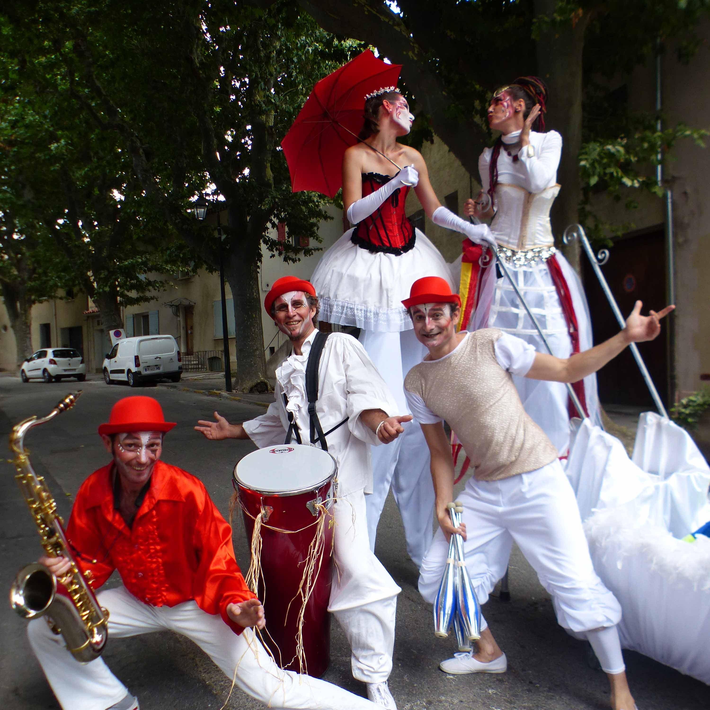 spectacle de rue en parade echassiers et musiciens