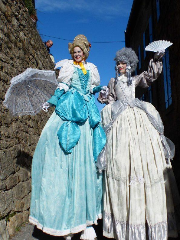 échassiers baroques pour animation de rue médiéval en Ardèche et Drôme de la compagnie de Cirque Indigo