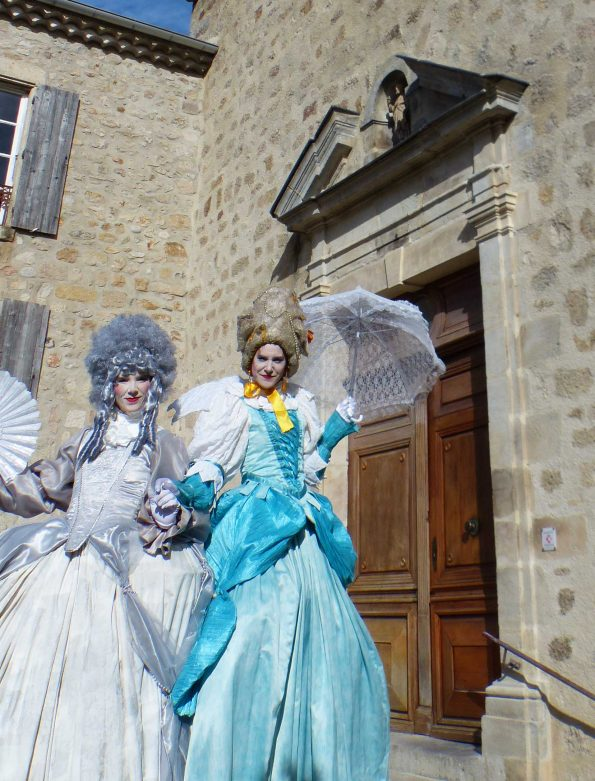 échassiers baroques pour accueil de mariages et des événements de gala médiéval en Var et PACA de la compagnie de Cirque Indigo