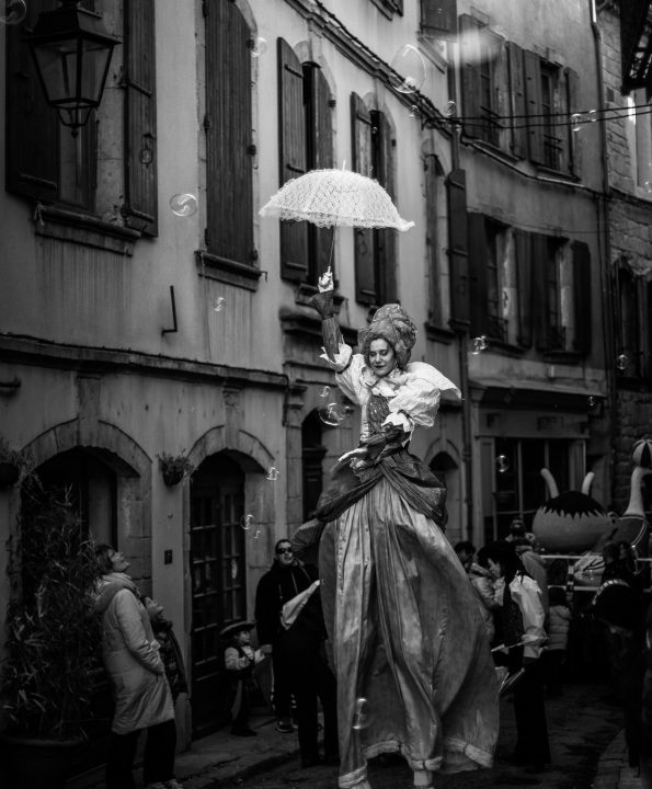 la carnaval des échassiers baroques de la compagnie de Cirque Indigo pour spectacle de rue médiéval en Var, Vaucluse, Gap et Sisteron