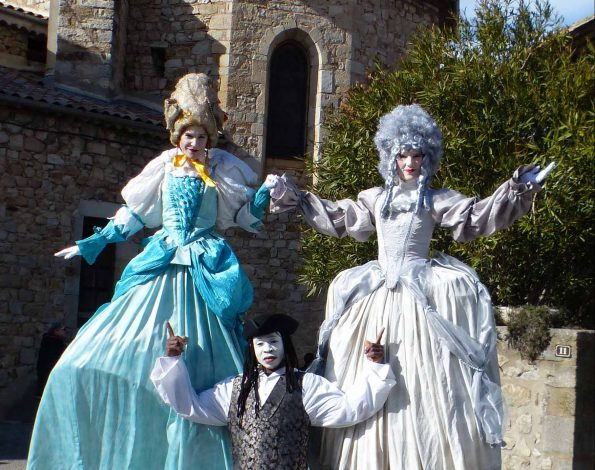 Compagnie cirque indigo avec ses marquises sur échasses en Ardèche