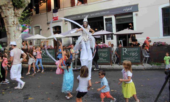 animation de rue pour enfants avec echassier blanc Alpes Haute Provence 04