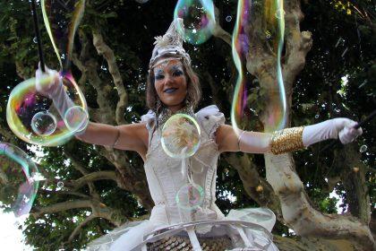 Spectacle de rue echassier bulles de savon