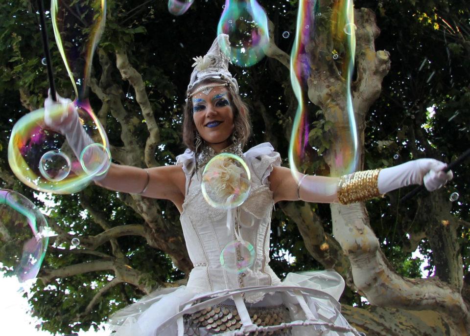 Spectacle de rue parade echassier bulles de savon PACA