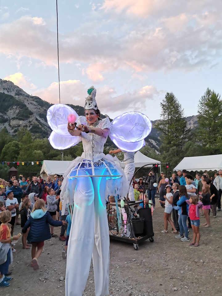 défilé des échassiers blancs lumineux de Cirque Indigo Hautes Alpes 05 PACA