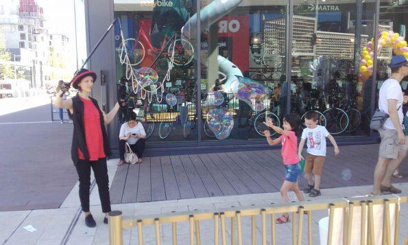 Spectacle de rue bulles de savon Cirque Indigo Toulon 83