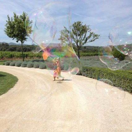 Parade échassiers et cracheur de feu avec bulles de savon Cirque Indigo