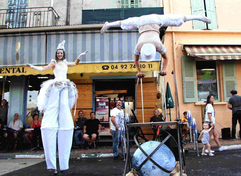 animation de rue et spectacle déambulatoire des échassiers blancs de cirque indigo en Provence