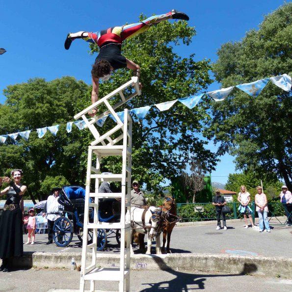 parade carnaval arlequin equilibre sur chaises PACA