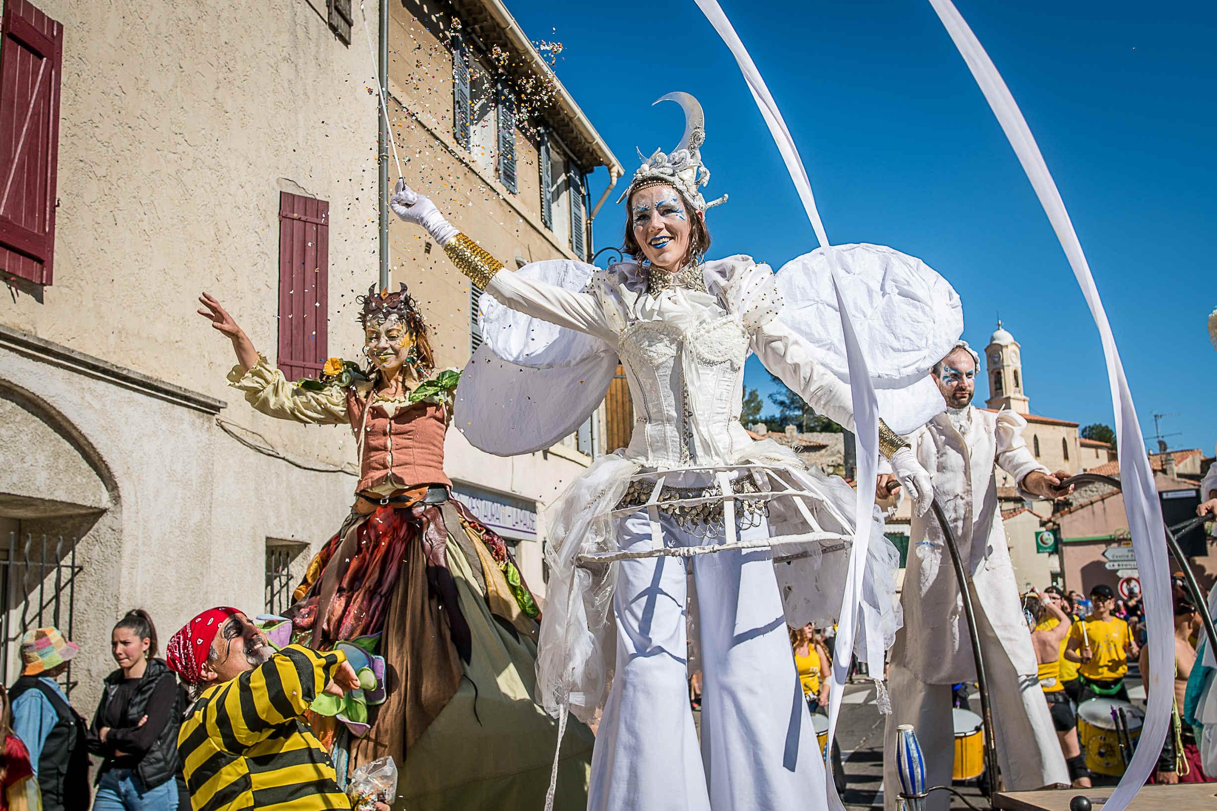 animation de rue carnaval des échassiers de Cirque Indigo