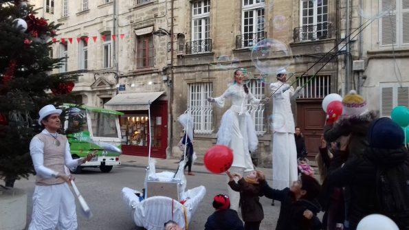 parade des échassiers, jongleurs et acrobates