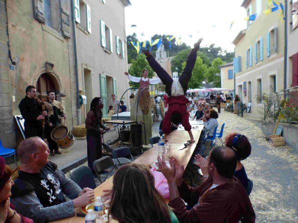 troupe médiévale animation de rue acrobate et echassier PACA 04