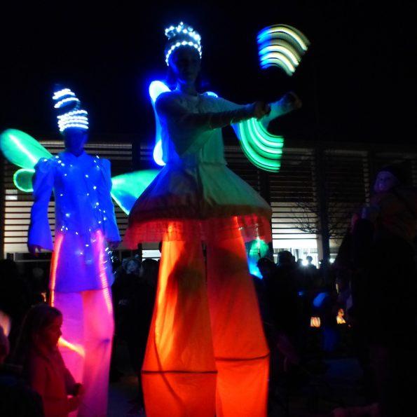 Marché de noël échassier lumineux et jongleur lumineux