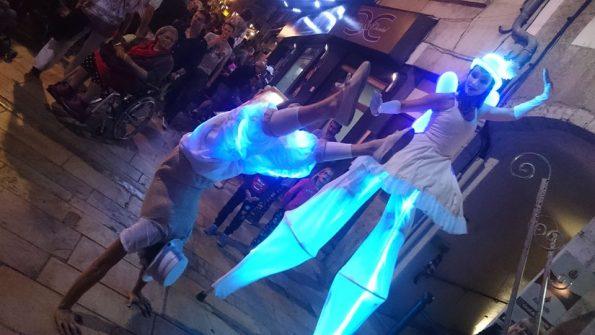 Parade échassier lumineux et acrobate à Sisteron, Alpes de Haute Provence 04