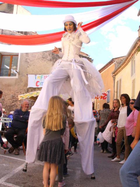 Animation de rue des échassiers de cirque indigo en Provence PACA