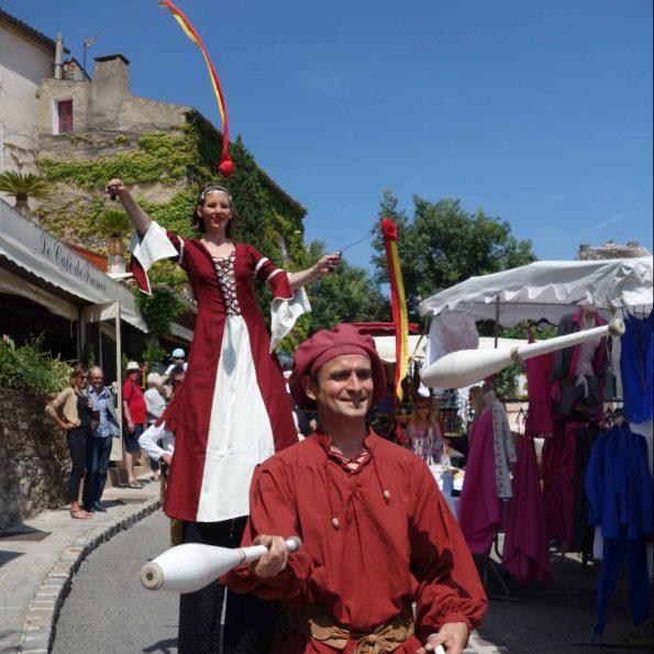 troupe medievale pour animation de rue echassier et jongleur en PACA