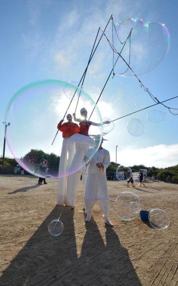 Spectacle de rue des bulles de savon géantes