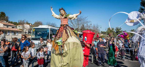 Parade carnaval échassier nature cirque indigo PACA