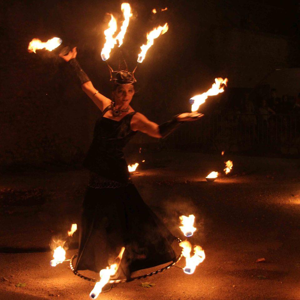 Spectacle de feu et pyrotechnie en robe enflammé cirque indigo PACA