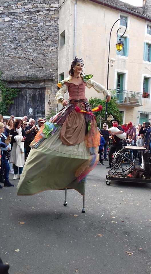 échassier médiévale fantastique de la troupe médiévale à la fête de la châtaigne en Saint Pons