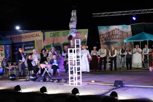 spectacle de rue acrobatie et équilibre sur chaises Aix en Provence