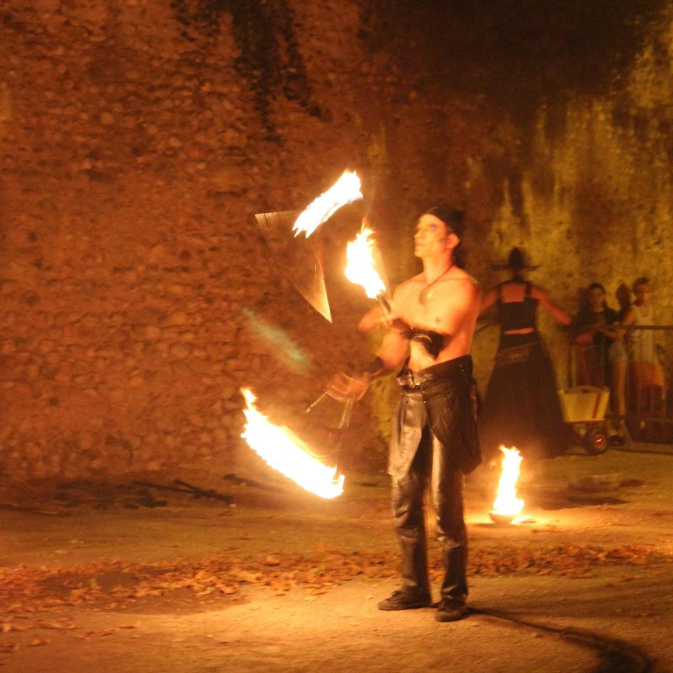 jongleur de feu spectacle de rue Cirque indigo