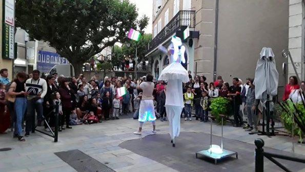 Spectacle de rue échassiers lumineux et acrobate à Sisteron, Alpes de Haute Provence 04