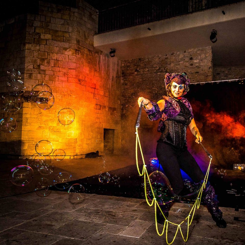 Parade échassiers et spectacle lumineux avec bulles de savon Cirque Indigo