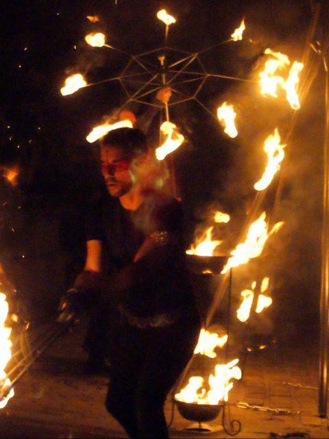 Spectacle de feu et jongleur de feu cirque indigo PACA