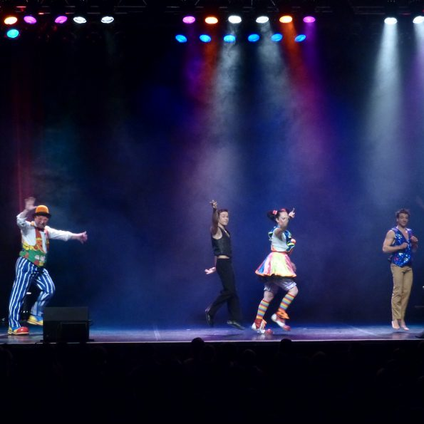 spectacle de la compagnie cirque pour arbre de Noël de CE en PACA