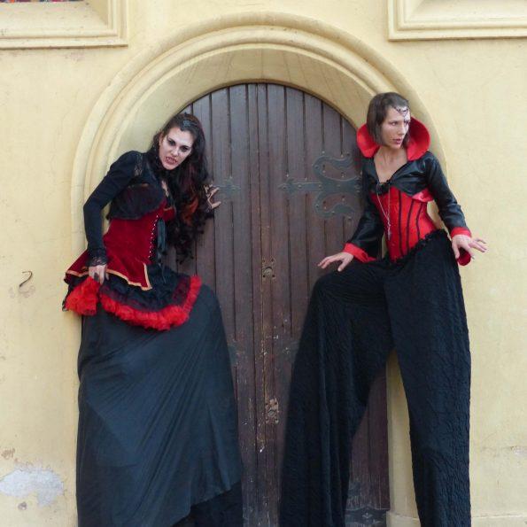 compagnie de cirque echassier halloween