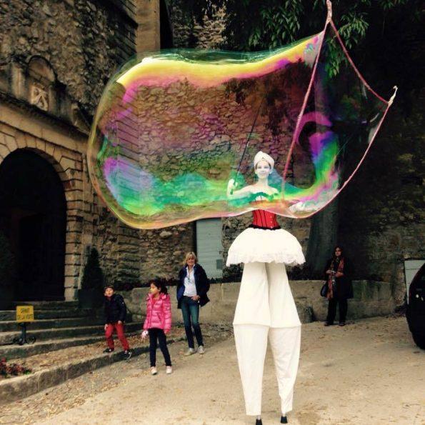 échassier bulles de savon géantes de la compagnie cirque Indigo