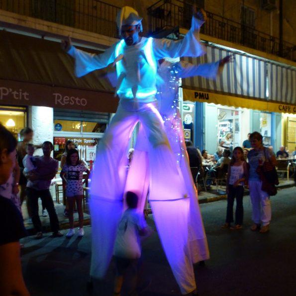 spectacle de rue et animation de rue échassier blanc lumineux