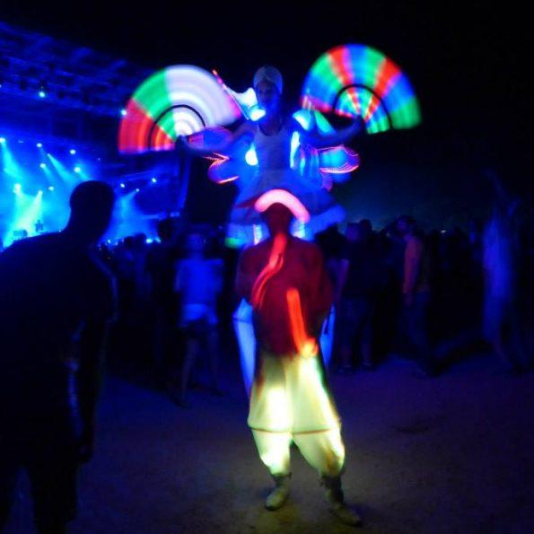 spectacle de rue échassier blanc lumineux PACA 83