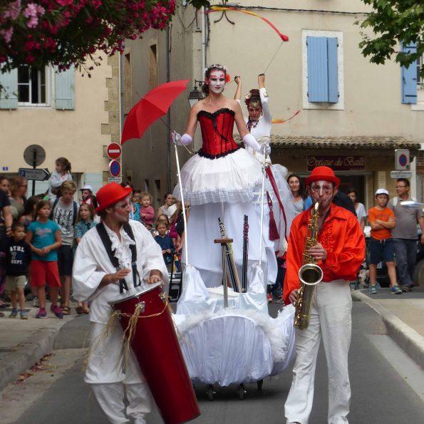 parade musicale, animation et spectacle de rue échassier cirque carnaval