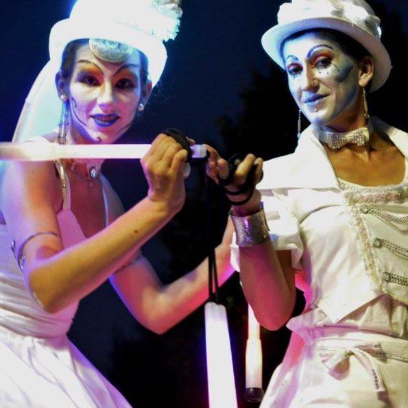 Echassier lumineux pour animation de rue de la compagnie Cirque Indigo PACA 83 84 06