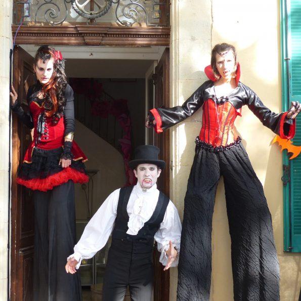 echassiers halloween, accueil en échasses vampire de la compagnie cirque Indigo PACA