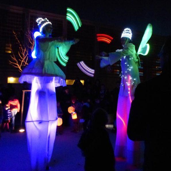 parade échassier lumineux pour parade et spectacle de rue avec jongleurs lumineux compagnie cirque Indigo PACA