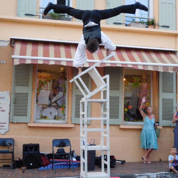 spectacle de rue de la compagnie cirque Indigo, PACA. Équilibre sur chaises 04.