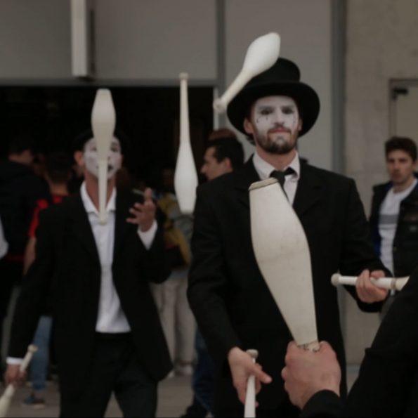 Animation et spectacle de rue arlequin et mime de cirque indigo Nice PACA 06