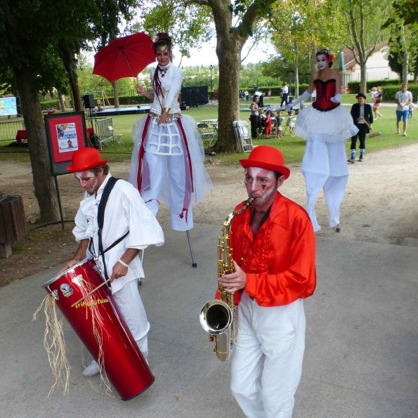 parade musical cirque echassier
