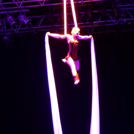 Artiste tissu aérien compagnie cirque Indigo pour animation et spectacle de rue en PACA