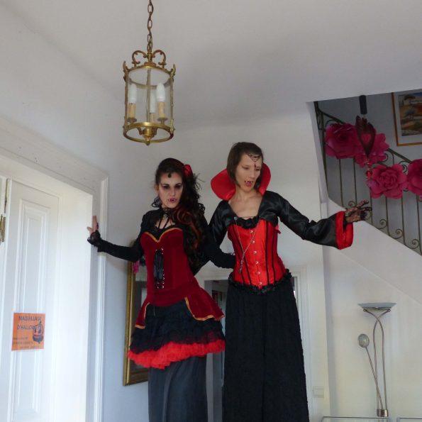 spectacle animation Halloween accueil en échasses vampires