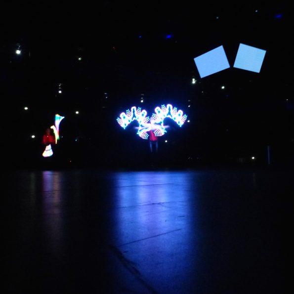 jongleur lumineux et bâton graphique logo entreprise CE cirque Indigo PACA 13